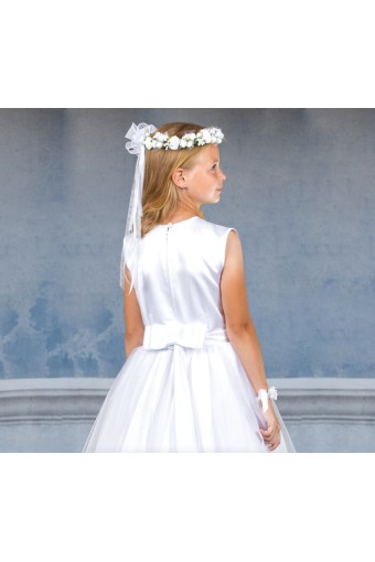 Atłasowa sukienka komunijna z satynową tasiemką i tiulową spódnicą.